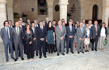 La consejera de Educación, Ciencia y Cultura, María Ángeles García (d), posa junto a la ministra de Cultura, Ángeles González Sinde, y los consejeros y consejeras que forman parte de la Conferencia Sectorial de Cultura que hoy se ha reunido en Palma de Mallorca.