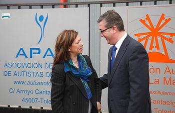 Marcial Marín con integrantes de la Federación de Autismo de Castilla-La Mancha. Foto: JCCM.