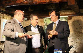 De i. a d., Ángel Ramírez, propietario de Bodega Pago de Guzque; Marciano Ortega, alcalde de El Toboso y Fernando Jou, delegado de la Junta de Comunidades de Castilla-La Mancha en Toledo.