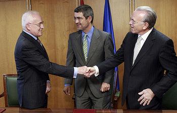 El secretario de Estado de Economía y Apoyo a la Empresa, Fernando Jiménez Latorre, el presidente de la AEB, Miguel Martín, y el presidente de la CECA, Isidre Fainé. Foto EFE