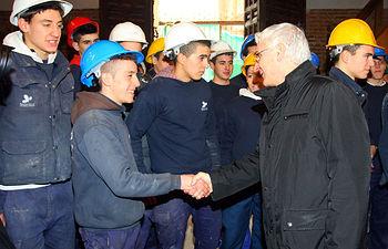 El presidente de Castilla-La Mancha, José María Barreda, saluda a los trabajadores de la Escuela Taller San Prudencio durante su visita a las obras de la iglesia del Salvador en Talavera de la Reina (Toledo).