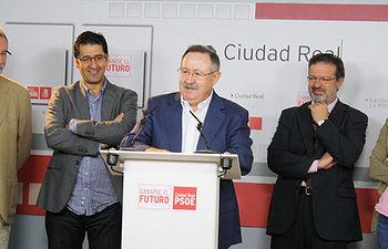 Fotografía de Antonio Salinas, acompañado de dirigentes socialistas