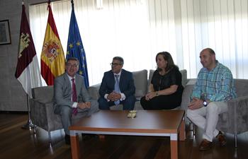 Marín con representantes de las cámaras de comercio. Foto: JCCM.