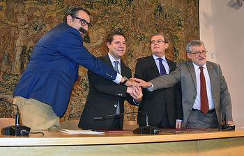 El rector, el presidente de Castilla-La Mancha y los consejeros de Sanidad y Educación.