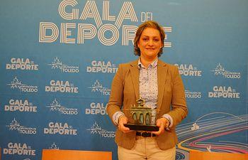María Ángeles García con el premio de la Gala del Deporte.
