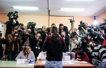 Pablo Iglesias ejerce su derecho al voto. 28A