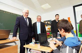 """El presidente de Castilla-La Mancha, José María Barreda, durante su visita al Colegio Público """"Agustín Sanz"""", en Moral de Calatrava (Ciudad Real)."""