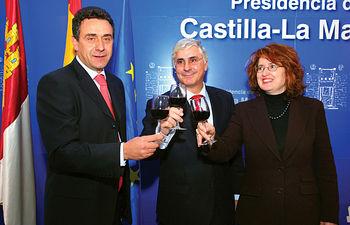 El presidente de la JCCM, José María Barreda, el secretario general de Agricultura del Ministerio, Josep Puxeu, y la consejera de Agricultura, Mercedes Gómez, brindan con vino de la región, tras la aprobación de la reforma de la OCM del Vino.