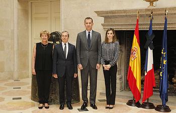 Sus Majestades los Reyes junto al embajador de la República Francesa en España y su esposa durante su visita a la residencia del embajador  © Casa de S.M. el Rey