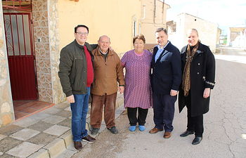Serrano durante su visita a Cerrolobo y a Abuzaderas.