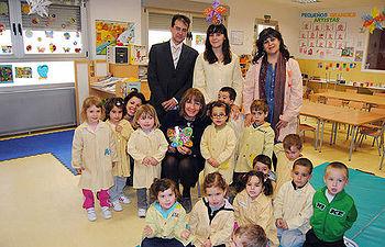 María Ángeles García con los alumnos y alumnas de Infantil del Colegio nº 3, en la urbanización Señorío de Muriel de Torrejón del Rey (Guadalajara), durante la visita que realizó al Centro tras inaugurarlo hoy.