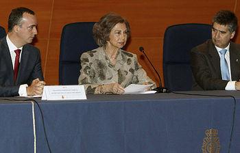 La Reina junto al secretario de Estado de Seguridad, Francisco Martínez (i), y el director general de la Policía, Ignacio Cosidó (EFE)