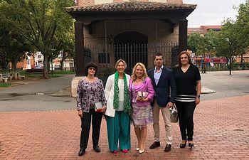 Ana Guarinos, en Azuqueca, junto a la portavoz del PP y otros miembros del partido.
