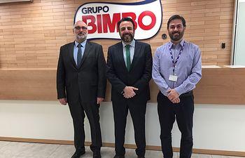 De izquierda a derecha, Juan Pablo Román, concejal de Industria, el alcalde José Luis Blanco y Javier Cabeza, director de Operaciones de Grupo Bimbo.