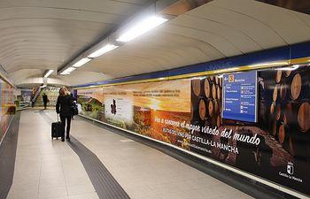 Promoción de las Rutas del Vino de Castilla-La Mancha en los andenes del Metro de la estación de la Puerta del Sol de Madrid.