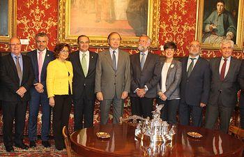 Recepción que ha realizado el presidente del Senado, Pío García-Escudero, a la delegación de Talavera de la Reina y El Puente del Arzobispo para apoyar la candidatura de su cerámica como Patrimonio Inmaterial de la UNESCO.