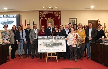 Ayuntamiento formaliza la cesión de un solar a AFA.