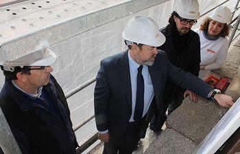 El delegado del Gobierno en Castilla-La Mancha Jesús Labrador, ha visitado esta mañana las obras de restauración y consolidación de la fachada del Hospital de Tavera en Toledo, junto con el arquitecto de la obra, Carlos Días del Río