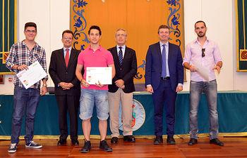 Tres de los alumnos posan con sus diplomas junto a Julio Castilla (EOI), Pedro Carrión (UCLM) y Francisco Javier Rivero (EOI)