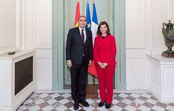 Photo de la rencontre devant les drapeaux entre Laurent NUNEZ Secrétaire d'État auprès du ministre de l'Intérieur et Maria BOTELLA GOMEZ Secrétariat d\'État à la Sécurité (Espagne)