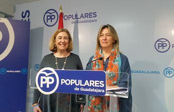 Ana Guarinos y Silvia Valmaña, en un momento de la rueda de prensa celebrada en el sede del PP de Guadalajara.