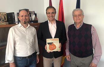 El Gobierno regional se interesa por la obra 'Instrumentos y sonadores en la música tradicional de Castilla-La Mancha', editada por el Servicio de Publicaciones