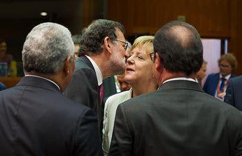El presidente del Gobierno en funciones, Mariano Rajoy, saluda a la canciller alemana, Angela Merkel, antes de la primera sesión de trabajo del Consejo Europeo.