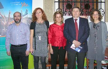El director general de Atención Sanitaria, Jesús Hernández (2d), acompañado por la jefa de servicio de Ginecología y Obstetricia del Complejo Hospitalario de Toledo María, Luisa Cañete (2i), en el curso de anticoncepción organizado por este servicio.