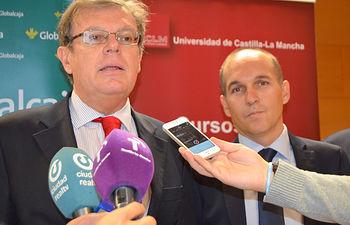 El rector, Miguel Ángel Collado -izquierda-, junto al profesor Ángel Millán