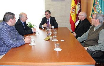 Marín reunido con equipo directivo de Cáritas Dioceana de Toledo. Foto: JCCM.