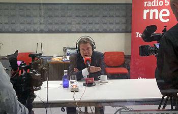 El presidente de Castilla-La Mancha, Emiliano García-Page, es entrevistado, desde los estudios de Radio Nacional de España (RNE) de la capital regional, en el programa de 'Las Mañanas de RNE'. (Foto: Álvaro Ruiz // JCCM)