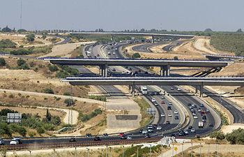 GRA122 ESPARTINAS (SEVILLA), 01/08/2015.- La circulación en las carreteras de Andalucía es intensa pero fluida desde primeras horas de la mañana, y las únicas retenciones se registran a en la salida de Sevilla hacia las playas de las provincias de Cádiz y Huelva. En la imagen, la autovía A-49 Sevilla-Huelva a su paso por la localidad sevillana de Espartinas, con el enlace con la carretera de circunvalación SE40 aún sin concluir. EFE/Julio Muñoz