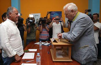 José Manuel García-Margallo vota en Valencia. Foto: @MargalloJm.