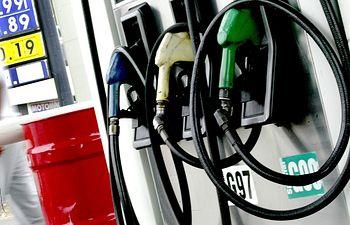 Gasolinera-gasolina-combustible-2. Imagen de archivo.