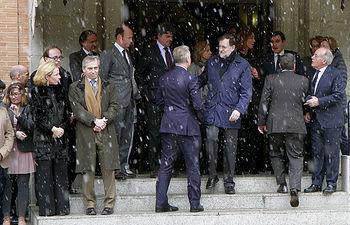 El presidente del Gobierno, Mariano Rajoy, junto al embajador del Reino Unido en España, Simon Manley, y altos cargos del Gobierno, durante el minuto de silencio seguido en La Moncloa con motivo del atentado terrorista perpetrado en Londres.