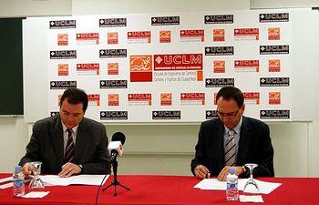 Gonzalo Ruiz y Abraham Sarrión firman el convenio.