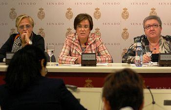 Purificación Causapié junto a parlamentarias socialistas en la rueda de prensa