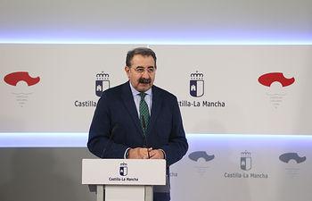 El consejero de Sanidad, Jesús Fernández Sanz, informa, en el Palacio de Fuensalida, de los acuerdos del Consejo de Gobierno relacionados con su departamento. (Fotos: Ignacio López // JCCM)