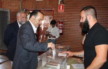 El delegado del Gobierno en Castilla-La Mancha, José Julián Gregorio, ejerce su derecho al voto en el CP Antonio Machado en Talavera de la Reina