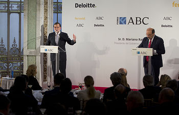 El presidente del Gobierno, Mariano Rajoy, durante el coloquio del Foro ABC, conducido por el periodista Ángel Expósito. Pool Moncloa/Diego Crespo