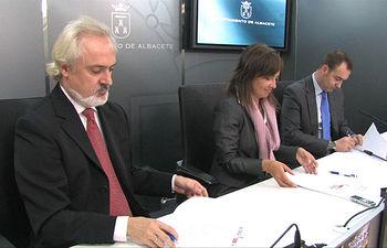 (De derecha a izquierda): Dionisio Gómez, gerente del Palacio de Congresos de Albacete, Carmen Oliver, alcaldesa de la ciudad, y Antonio Soria, presidente de la SOCA, durante la firma del convenio de colaboración que permitirá celebrar el primer ciclo de Música Sinfónica de Albacete.