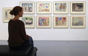 Persona observando cuadros en un museo (fotro de archivo de EFE)