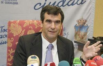 Antonio Román, alcalde de Guadalajara, presenta el nuevo teléfono de atención directa al ciudadano