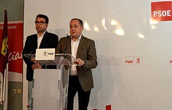 Emilio Sáez, secretario general de la Agrupación Municipal del PSOE en Albacete y Modesto Belinchón,  portavoz municipal socialista en el Ayuntamiento.
