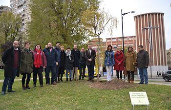 El Ayuntamiento de Albacete planta un sauce como homenaje a las mujeres víctimas de la violencia de género.