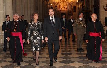 Doña Sofía junto al presidente del Gobierno, el arzobispo de Toledo y el obispo auxiliar de Toledo entrando en la Catedral. © Casa de S.M. el Rey / Borja Fotógrafos