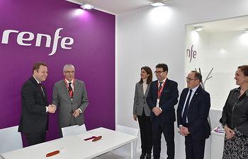 Firma de convenio entre el Ayuntamiento de Albacete y Renfe en Fitur 2020.