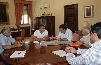 El subdelegado del Gobierno se reúne con la Comunidad de Regantes de Navas de Arriba.