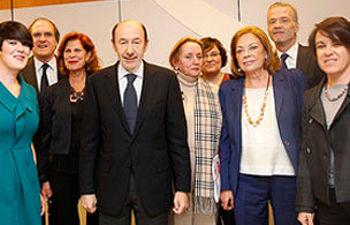 Alfredo Pérez Rubalcaba junto con los integrantes de la Comisión