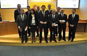 El ministro José Manuel Soria con los premiados. Foto: Pool Moncloa.